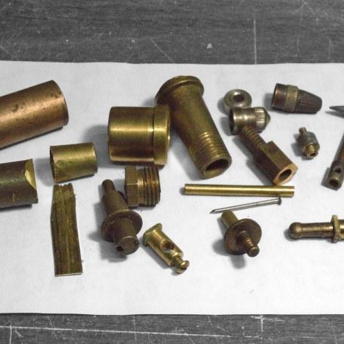 Piezas de bronce recuperadas para carburador, dínamo y motor de arranque - Brass plumbing fittings upcycled for carburetor, generator and starting motor