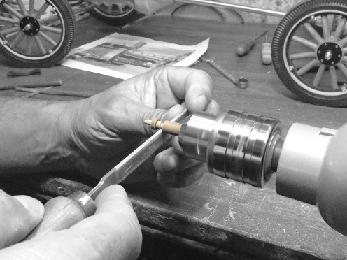 Torneando las bujías - Turning wood spark plugs