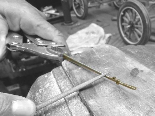 Dando forma a la palanca del freno de mano - Shaping the handbrake lever