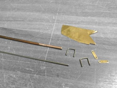 Doblando las abrazaderas del elástico trasero - Bending the rear spring clips