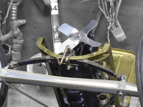 Tensor del eje y abrazadera de elástico colocados - Front axle radius rod and spring clips placed