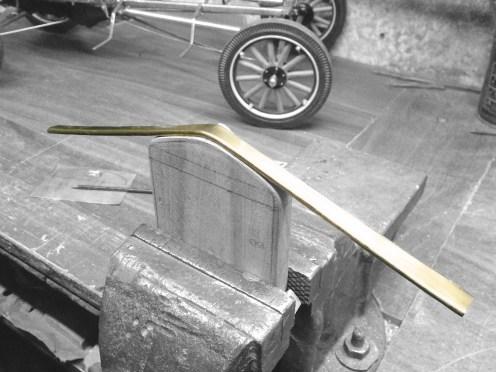 Doblando el marco de la cubierta del radiador - Bending the radiator cover