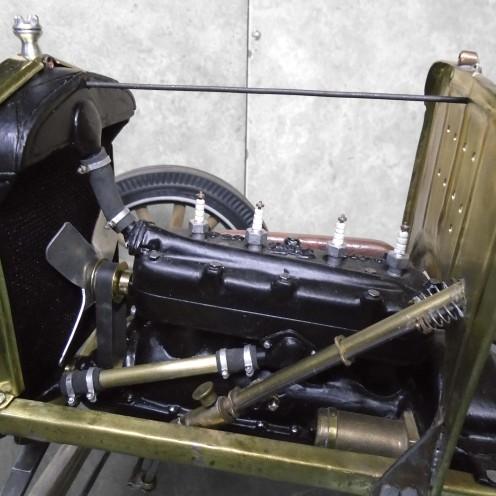 Mangueras y abrazaderas del radiador conectadas - Radiator hoses and clamps connected
