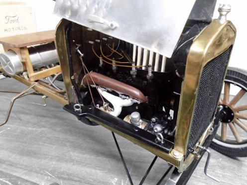 Manijas del capot y base de cierre terminado. Hood handles and shelf finished